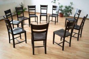 Krzesła ułożone w krąg